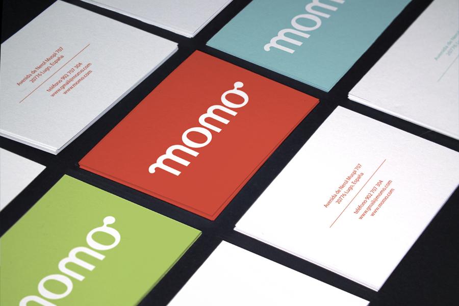 mock up del diseño de tarjetas de la marca Momo