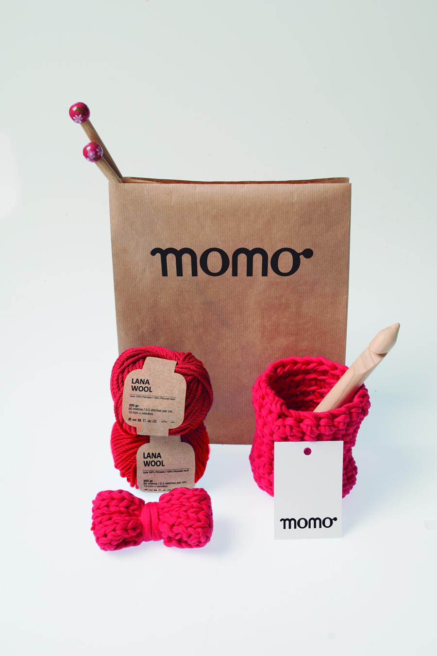 Sesión de fotos con todo los elementos del branding de Momo