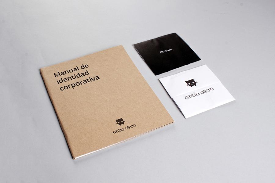 El Manual de identidad y el CD Book con la mascota Margaret, del branding de Antía Otero
