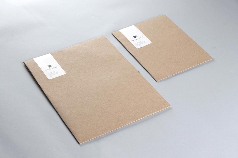 Carpetas de entrega de proyectos, de dos tamaños, del branding de Antía Otero
