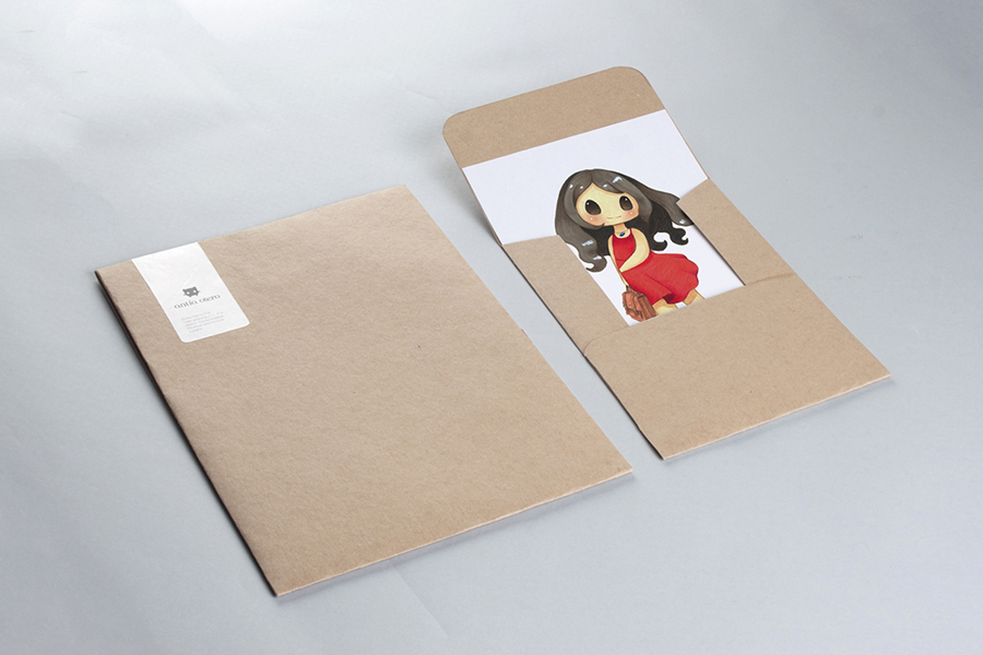 Carpetas de entrega de proyectos, una abierta y otra cerrada, del branding de Antía Otero
